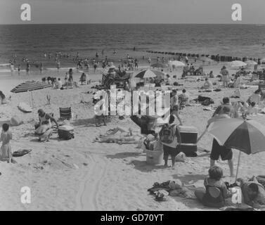 Beachgoers escape the heat at Rockaway Beach in the Queens borough of New York on July 2, 2011. (© Richard B. Levine) - Stock Photo