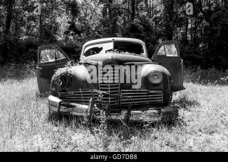 Crawfordville, Florida - USA. May 2016 - Old rusted classic car abandoned in the forest of Wakulla - Stock Photo