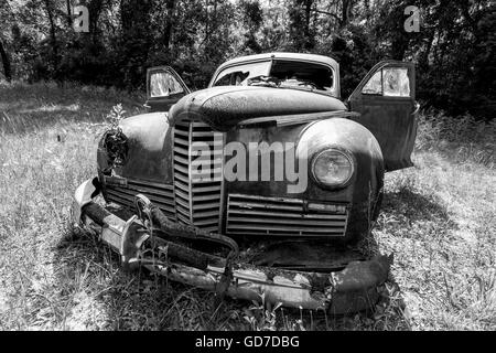 Crawfordville, Florida - USA. May 2016 - Old rusted car abandoned in the forest of Wakulla - Stock Photo