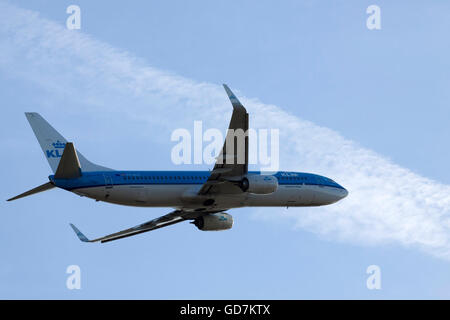 AMSTERDAM, THE NETHERLANDS - FEBRUARY 18, 2015 Boeing 737 flying through the air with passengers en route to the - Stock Photo