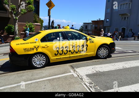 USA, California, San Francisco, Lombard Street and Hyde Street, Yellow Cab - Stock Photo