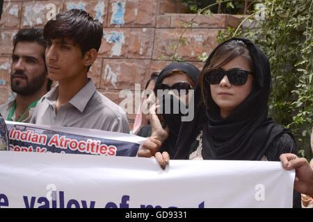 """Quetta, Pakistan.14th July, 2016. Supporters of Devote and Youth forums for Kashmir """"YFK"""" shout slogans during a - Stock Photo"""