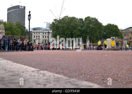 A road level view from Victoria Memorial Circle of soldiers marching off after Changing the Guard at Buckingham - Stock Photo