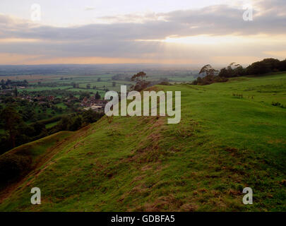 Looking towards the Somerset Levels over the sweep of the inner ramparts on the south side of Cadbury Castle hillfort. - Stock Photo