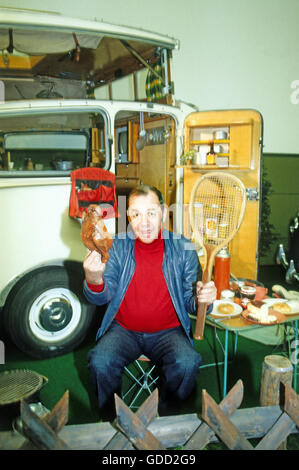 Howland, Chris, 30.7.1928 - 30.11.2013, British entertainer and disc jockey, half length, in front of caravan, 1980s, - Stock Photo