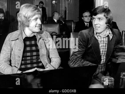 Fischer, Klaus, * 27.12.1949, German football player, striker for FC Schalke 04 1970 - 1981, half length (right), - Stock Photo
