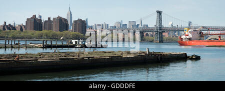 USA,New York,Brooklyn,Navy Yards,Dry dock and Williamsburg Bridge on the East River - Stock Photo