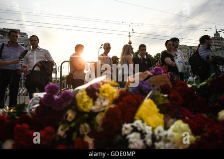 Moscow, Russia. 15th July, 2016. People lay flowers at the French Embassy in Moscow commemorating the victims of - Stock Photo