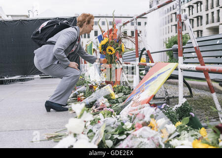 Berlin, Berlin, Germany. 15th July, 2016. Several hundred people stop in front of the flowers and candles to commemorate - Stock Photo