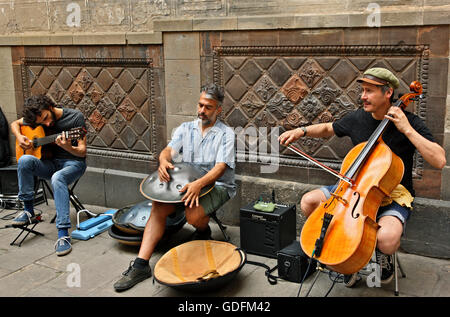 Street musicians in the Gothic Quarter (Barri Gotic), Barcelona, Catalonia, Spain. - Stock Photo