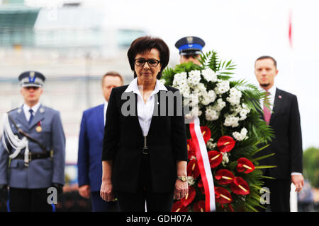 El?bieta Witek, the spokeswoman for the Polish council of Ministers lays a wreath at the tomb of the unknown soldier - Stock Photo