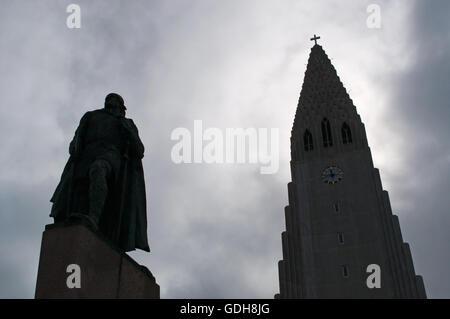 Reykjavik, Northern Europe: the Hallgrimskirkja, Luteran church of Hallgrimur, and the statue of explorer Leif Ericsson, - Stock Photo
