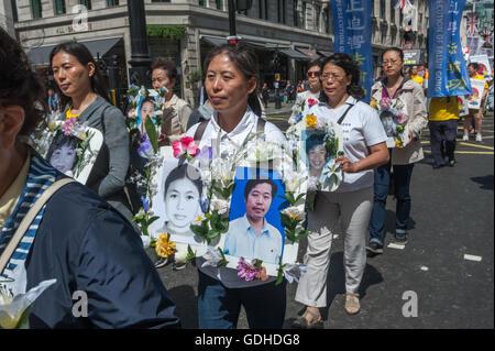 London, UK. 16th July 2016. Practitoners of Falun Dafa (also known as Falun Gong), an advanced Buddhist practice - Stock Photo