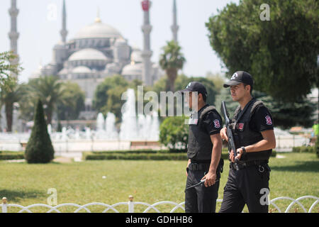 Istanbul, Turkey. 17th July, 2017. Police officers patrol in front of the Blue Mosque in Istanbul, Turkey, 17 July - Stock Photo