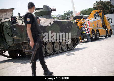 Istanbul, Turkey. 17th July, 2017. Police officers and workers remove a tank at Taksim Square in Istanbul, Turkey, - Stock Photo