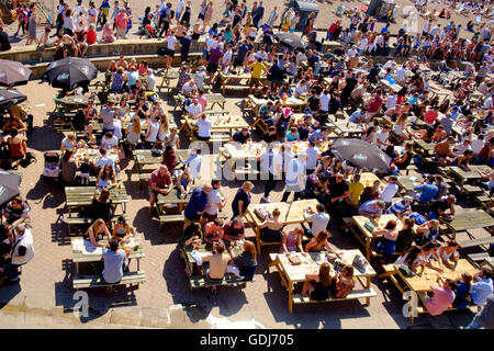 July 2016: people drinking at the Brighton Music Hall pub on the lower esplanade in Brighton adjacent the beach. - Stock Photo