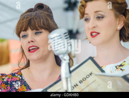 Woodhall Spa 1940s Festival - Military Wives Choir singing in traditional 1940s outfits - Stock Photo