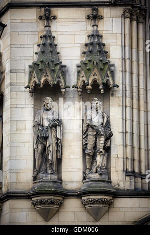 Manchester   Sandstone carving stone mason work on Manchester Town Hall exterior detail - Stock Photo