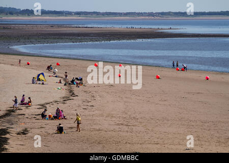 Dundee, Tayside, Scotland, UK. July 19th 2016: UK Weather. Crowds of sunbathers gather on Broughty Ferry beach in - Stock Photo
