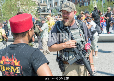 Cleveland, Ohio, USA. 19th July, 2016. Members of an Ohio militia group protest by openly carrying military style - Stock Photo
