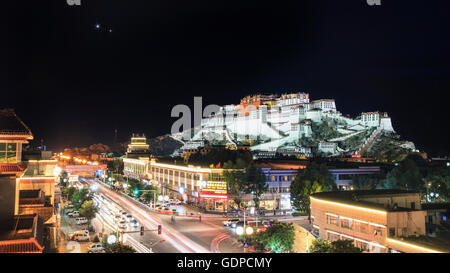 Conjunction of Venus and Jupiter above the Potala Palace in Lhasa, Tibet, China. - Stock Photo