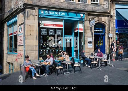 Diners outside the Southern Cross Cafe in Edinburgh's Cockburn Street enjoying the Summer sunshine. - Stock Photo