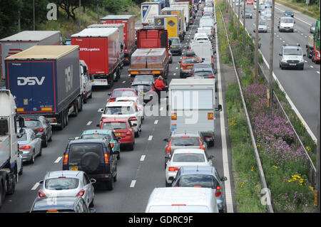 TRAFFIC QUEUES  ON THE NORTHBOUND M6 MOTORWAY NEAR STAFFORD RE SMART MOTORWAYS HOLIDAYS ROADS MOTORISTS CONGESTION - Stock Photo
