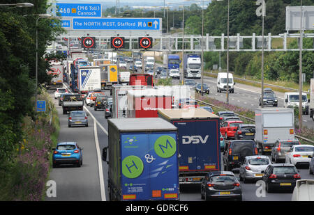 TRAFFIC QUEUES AND OVERHEAD GANTRY SPEED SIGNS ON THE NORTHBOUND M6 MOTORWAY NEAR STAFFORD RE SMART MOTORWAYS CONGESTION - Stock Photo