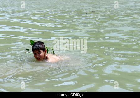 Baghdad, Iraq. 20th July, 2016. A boy swims in the Tigris river to cool down while temperature reaches above 50 - Stock Photo