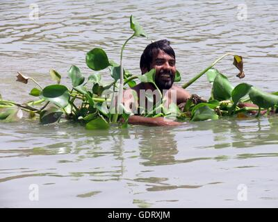 Baghdad, Iraq. 20th July, 2016. A man swims in the Tigris river to cool down while temperature reaches above 50 - Stock Photo