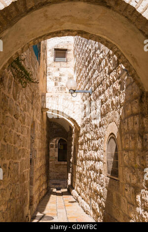 Israel Jerusalem Old City Jewish Quarter typical narrow alleyway alley way arch arches - Stock Photo