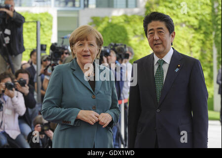 German Chancellor Angela Merkel welcomes Japanese Prime Minister Shinzo Abe at the Chancelley in Berlin, 2014 - Stock Photo