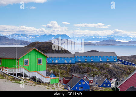 Colourful modern housing built on a hillside with view of coast and mountains. Sisimiut (Holsteinsborg) Qeqqata - Stock Photo