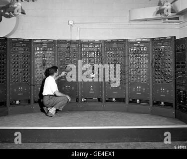 (September 28, 1949) Analog Computing Machine in the Fuel Systems Building. This is an early version of the modern - Stock Photo