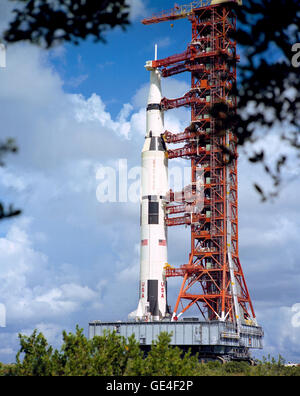 A ground-level view of the huge Apollo 17 (Spacecraft 114/Lunar Module 12/ Saturn 512) space vehicle on its way - Stock Photo