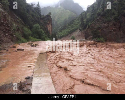 Changdu, China's Tibet Autonomous Region. 24th July, 2016. The Haitonggou section of No. 318 Highway is suspended - Stock Photo