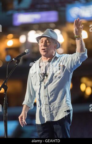 Philadelphia, Pennsylvania, USA. 24th July, 2016. Legendary singer Paul Simon sings during rehearsal preparations - Stock Photo