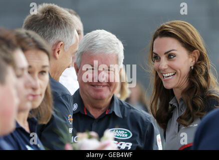 The Duchess of Cambridge with Martin Whitmarsh (left) and Sir Keith Mills (centre) at the Land Rover BAR team base - Stock Photo