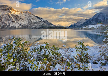 geography / travel, Canada, Alberta, Waterton National Park, Prince of Wales Hotel opposite Mt Vimy and overlooking - Stock Photo