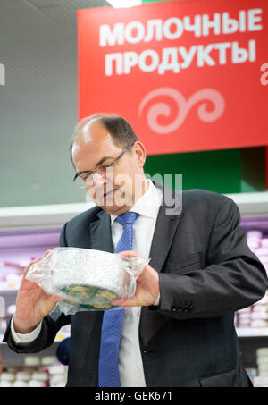 Moscow, Russia. 26th July, 2016. HANDOUT - German Minister for Agriculture Christian Schmidt (CSU) visits the supermarket - Stock Photo