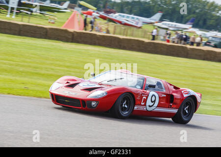 1967 Ford GT40 with driver Richard Meins during the Whitsun Trophy race at the 2015 Goodwood Revival, Sussex, UK. - Stock Photo