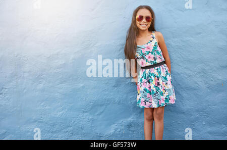 Tenue! of blond teen holding sunglasses