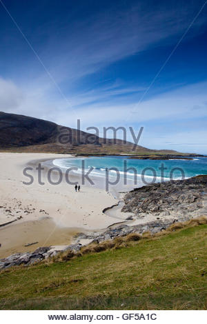 A couple walking on Tangasdale Beach, Isle of Barra, Outer Hebrides.  Scotland - Stock Photo