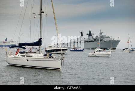 The Royal Navy 'Albion' class, assault ship HMS Bulwark with the yachts and other pleasure craft. - Stock Photo
