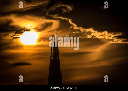 London, UK. 30th July, 2016. Evening sun over The Shard building in central London UK Weather. More clouds set for - Stock Photo