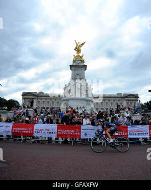 Central London, UK, 30th July 2016. Prudential RideLondon Classique. Dani King of Team Wiggle High5 passes Buckingham - Stock Photo