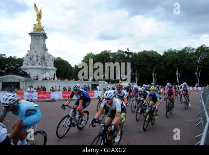 Central London, UK, 30th July 2016. Prudential RideLondon Classique. Riders Pass Buckingham Palace during the Prudential - Stock Photo