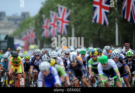 Central London, UK, 30th July 2016. Prudential RideLondon Classique. Riders race down The Mall during the Prudential - Stock Photo
