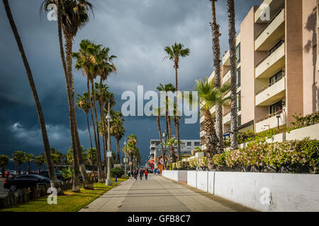Dark storm clouds over the boardwalk in Venice Beach, Los Angeles, California. - Stock Photo