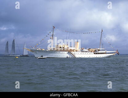 AJAXNETPHOTO. 19TH AUGUST, 2001, COWES, ENGLAND. - DANISH ROYAL YACHT - HDMY DANNEBROG DRESSED OVERALL, ANCHORED - Stock Photo